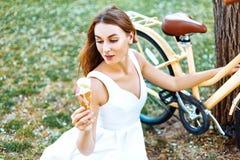 女孩在有冰淇凌的公园在手上 图库摄影