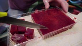 女孩在有刀子裁减的厨房里成片断自创莓橘子果酱 美味的款待 甜点为假日 影视素材