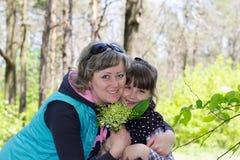 女孩在有花束的森林 免版税库存照片