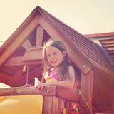 女孩在有instagram作用的树上小屋里 免版税库存照片