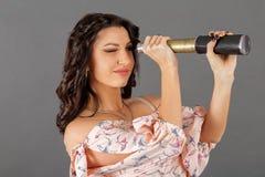 女孩在望远镜看 免版税库存照片
