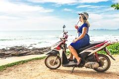 女孩在本田motobike坐观察点 免版税库存照片