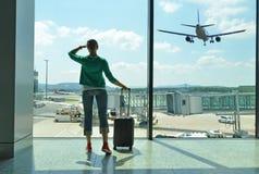 女孩在机场 库存图片