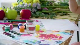 女孩在果子中坐,并且花,在五颜六色的铅笔画 股票录像
