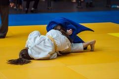 女孩在柔道竞争 免版税库存图片