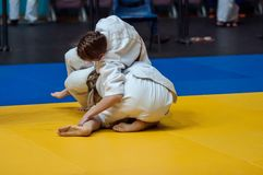 女孩在柔道竞争 免版税库存照片