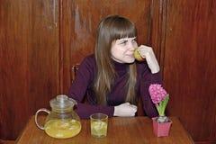 女孩在桌上用苹果 免版税库存照片