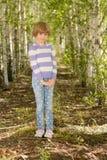女孩在桦树树丛里 免版税库存图片