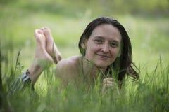 女孩在森林沼地 库存照片