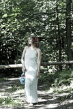 女孩在森林走 免版税库存照片