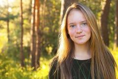 女孩在森林里在一个晴天(与文本的空间) 免版税库存图片