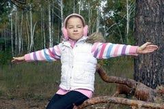 女孩在森林里在秋天 库存图片