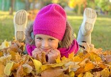 女孩在森林里在秋天 库存照片