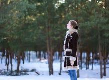 女孩在森林里站立 免版税库存照片