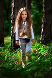 女孩在森林里 免版税库存照片