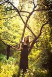 女孩在森林 免版税库存照片