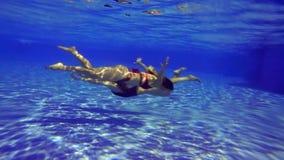 女孩在水池游泳在水下 他们游泳往彼此 股票视频