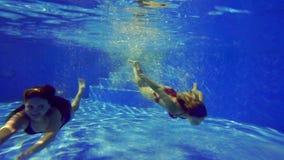 女孩在水池游泳在水下 影视素材