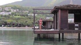 女孩在水的平房 股票视频