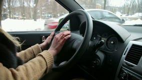 女孩在汽车方向盘的` s手特写镜头  影视素材