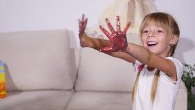 女孩在油漆显示手 影视素材