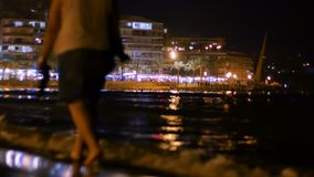 女孩在海滩的晚上走 股票录像