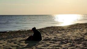 女孩在海滩读一本书 股票录像