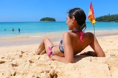 女孩在海附近坐Kata海滩 免版税图库摄影