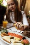 女孩在海鲜餐馆 免版税库存照片