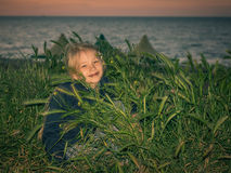 女孩在海滩的草夜 免版税库存图片