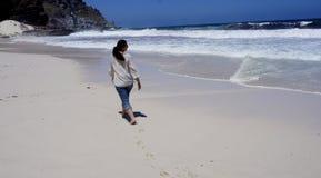 女孩在海洋走 免版税图库摄影
