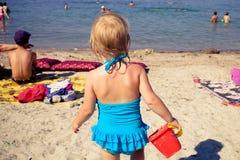 女孩在海去 库存照片