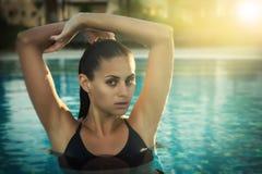 女孩在游泳水池 免版税库存图片