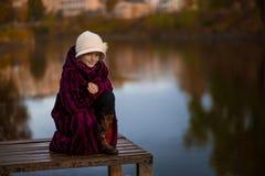 女孩在湖的公园 免版税库存图片
