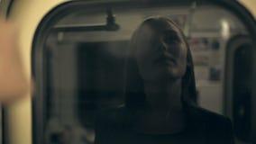 女孩在火车的少年骑马 反射在窗口里 股票视频