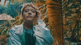 女孩在热带雨林密林 免版税库存照片