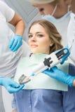 女孩在牙科方面 免版税库存图片