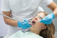 女孩在牙科方面 库存照片
