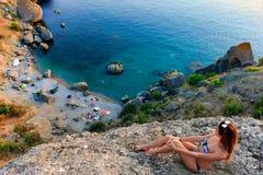 女孩在狂放的海岛放松风景 库存照片