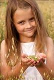 女孩在玉米田 免版税库存照片
