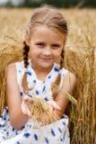 女孩在玉米田 免版税库存图片