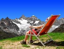 女孩在瑞士阿尔卑斯 免版税图库摄影