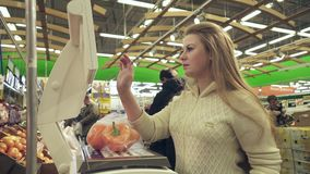 女孩在甜椒等级称了在超级市场股票英尺长度录影的 影视素材