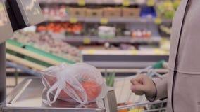女孩在甜椒等级称了在超级市场 影视素材