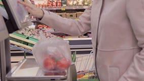 女孩在甜椒等级称了在超级市场 股票视频