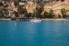 女孩在用浆划在光滑的大海的明轮轮叶站立 免版税图库摄影