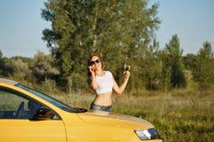 女孩在电话谈话乘汽车 图库摄影