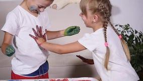 女孩在男孩` s T恤杉留下她的手,慢动作版本记录  股票视频