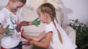 女孩在男孩` s T恤杉留下她的手,慢动作版本记录  影视素材