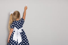 女孩在白垩写了在墙壁 免版税库存照片